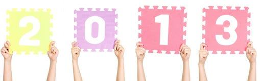 El niño está sosteniendo 2013, concepto del Año Nuevo Fotografía de archivo libre de regalías