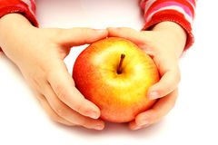 El niño está sosteniendo la manzana fresca Imagen de archivo
