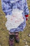 El niño está sosteniendo un pedazo de hielo Fotografía de archivo libre de regalías