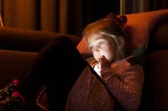 El niño está utilizando un smartphone Fotografía de archivo libre de regalías
