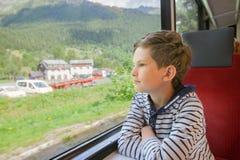 El niño está viajando en un tren Foto de archivo libre de regalías