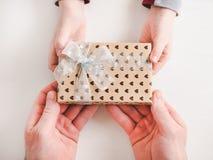El niño felicita a su padre Rect?ngulo de regalo hermoso imágenes de archivo libres de regalías