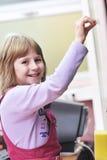 El niño feliz en schoold tiene la diversión y aprendizaje fotos de archivo