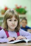 El niño feliz en schoold tiene la diversión y aprendizaje imágenes de archivo libres de regalías