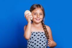 El niño feliz escucha la concha marina Vacaciones de verano y concepto del viaje Fotos de archivo libres de regalías