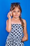 El niño feliz escucha la concha marina Vacaciones de verano y concepto del viaje Foto de archivo