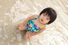 El niño goza de ondas en la playa Imagen de archivo libre de regalías