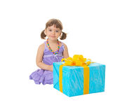 El niño ha recibido un regalo de cumpleaños grande Fotos de archivo libres de regalías