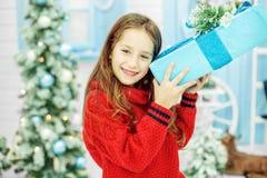 El niño ha recibido un regalo grande de la caja Año Nuevo del concepto, feliz C Imagen de archivo
