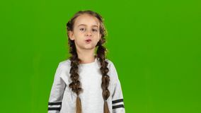 El niño habla en el altavoz Pantalla verde almacen de metraje de vídeo