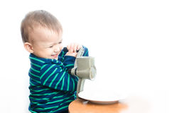 El niño hace el azúcar en polvo Fotos de archivo libres de regalías