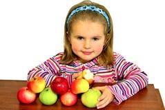 El niño hermoso come manzanas hermosas Fotografía de archivo