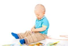 El niño hermoso drena con los lápices fotografía de archivo