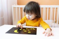 El niño hizo el cielo nocturno y las estrellas de los detalles de papel Imagen de archivo