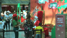 El niño impaciente por ver a Santa Claus tiene que esperar metrajes