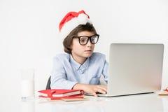 El niño implicado está teniendo trabajo de la Navidad Imagen de archivo libre de regalías