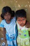 El niño indio ve al fotógrafo Imagen de archivo