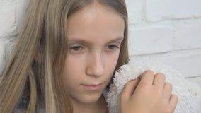 El niño infeliz, niño triste subrayó a la muchacha enferma en la depresión, persona abusada niño enferma almacen de video