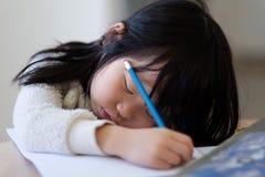 El niño joven asiático se cae dormido durante estudio fotos de archivo libres de regalías