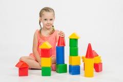 El niño juega alegre con los bloques Imagen de archivo