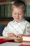 El niño leyó un libro Imagen de archivo libre de regalías