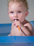 El niño limpia teeths Foto de archivo