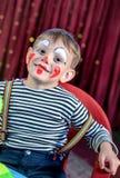 El niño lindo con imita a Makeup para el juego de la etapa Imagen de archivo