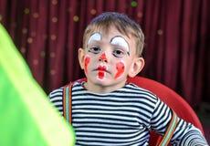 El niño lindo con imita a Makeup para el juego de la etapa Fotos de archivo