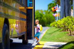 El niño lindo está consiguiendo en el autobús, alista para ir a la escuela Imagen de archivo