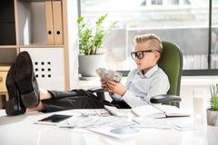 El niño lindo positivo está llevando a cabo billetes de dólar Imagen de archivo libre de regalías