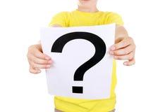 El niño lleva a cabo el signo de interrogación Foto de archivo libre de regalías