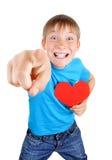 El niño lleva a cabo forma roja del corazón Fotografía de archivo libre de regalías