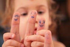 El niño lleva a cabo la mano con las personas exhaustas Imagen de archivo libre de regalías