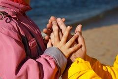 El niño lleva a cabo la mano del adulto. Fotografía de archivo
