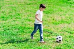 El niño masculino bonito está jugando con la bola Fotos de archivo libres de regalías