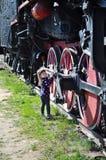 El niño mira un tren Imagenes de archivo