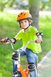 El niño monta la bici Imagen de archivo libre de regalías