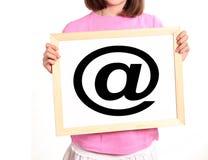 El niño muestra símbolo del email Imagen de archivo