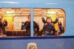 El niño no identificado abre una ventana en un coche de subterráneo viejo Foto de archivo libre de regalías