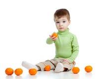 El niño ofrece a frutas el alimento sano Fotos de archivo