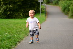 El niño pasa a través del callejón en el parque Imágenes de archivo libres de regalías