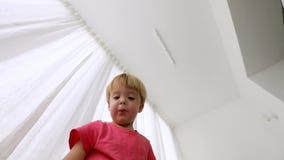 El niño pequeño abre una caja del paquete de emociones y que es sorprendida metrajes
