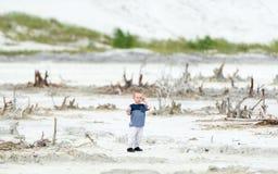 El niño pequeño camina en el lugar del desierto Imagen de archivo