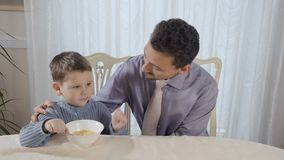 El niño pequeño come sus copos de maíz metrajes