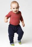 El niño pequeño comienza a caminar imagen de archivo