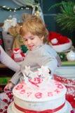 El niño pequeño con la torta durante marchita días de fiesta Foto de archivo libre de regalías