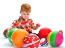 El niño pequeño con los juguetes Foto de archivo libre de regalías