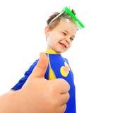 El niño pequeño con los pulgares sube gesto en el mar Fotos de archivo libres de regalías