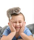 El niño pequeño con un gatito mullido Fotografía de archivo libre de regalías