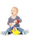 El niño pequeño consigue los trapos mojados, y se juega Fotografía de archivo